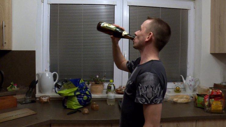 Výměna manželek a prázdných lahví: Lukáš se s náhradní ženou seznamoval opilý, s Marií nasává ostošest