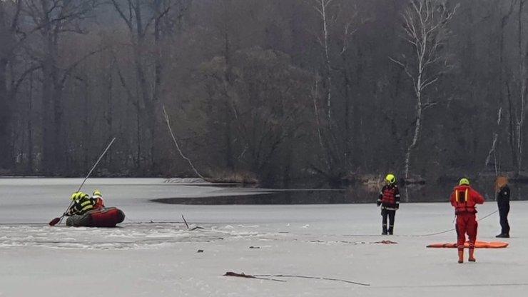 Neštěstí v Žamberku: Skupinka dětí se na rybníce propadla pod led, několik jich je v bezvědomí