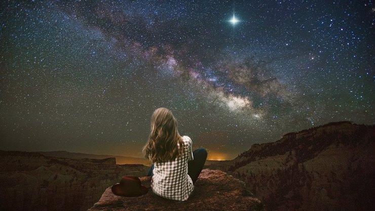 Nejoblíbenější meteorický roj Perseidy vyvrcholí ve středu: Přinese romantickou nadílku a zbaví i strachu