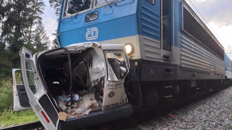 Tragická nehoda na Rychnovsku: Po srážce dodávky s vlakem zemřeli dva lidé