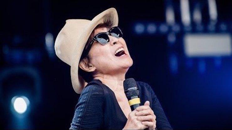 To musíte vidět! Yoko Ono předvedla na festivalu Glastonbury absolutně nejhorší koncert v historii všech koncertů!