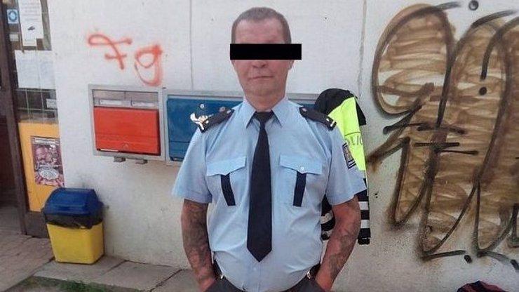 V Jablonci mají novou atrakci: Potetovaného policistu z popelnice