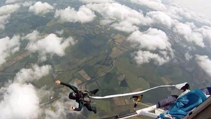 Děsivé video: Parašutistovi se během seskoku zamotal padák do helikoptéry