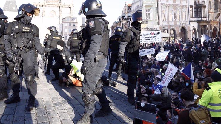 Rozzuření Češi v Praze obrazem: Chceme srovnat toho spratka Babiše, vysvětlují