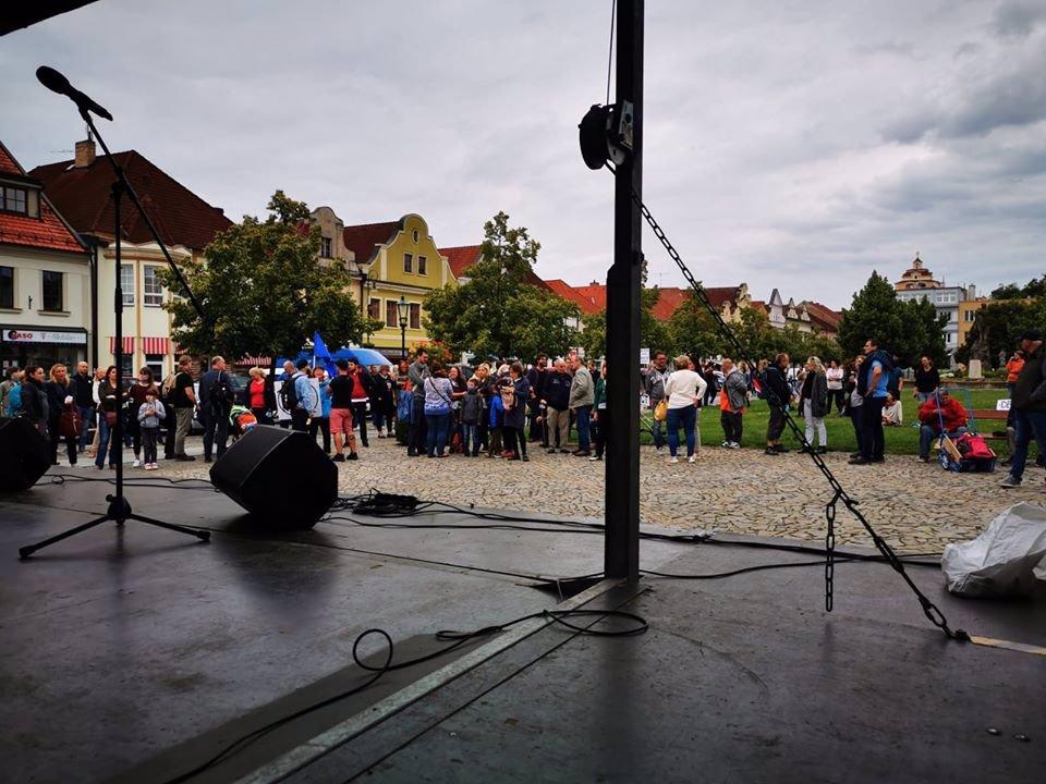 Tiché demonstrace Milionu chvilek pro demokracii: Na Staromák dorazilo přes 1500 lidí