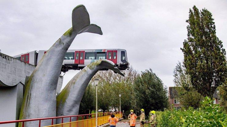 Strašidelná nehoda v Nizozemsku: Metro prorazilo zábranu, zůstalo viset 10 metrů nad zemí