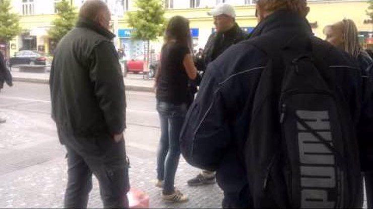 Další šílené video z pražské MHD: Slečna, která má právo jezdit bez lístku!
