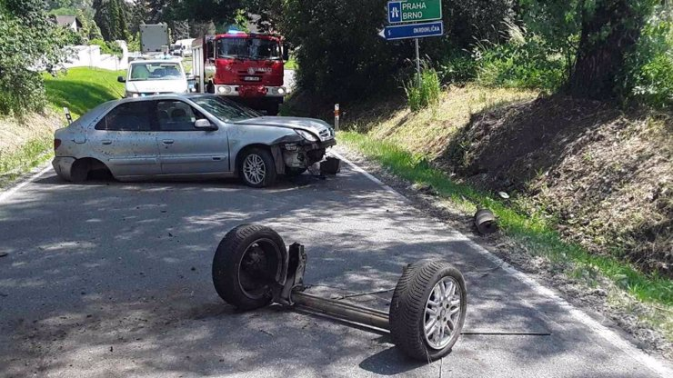 Opilý řidič u Jihlavy urval nápravu a odešel na pivo: Šrot nechal hačat na silnici