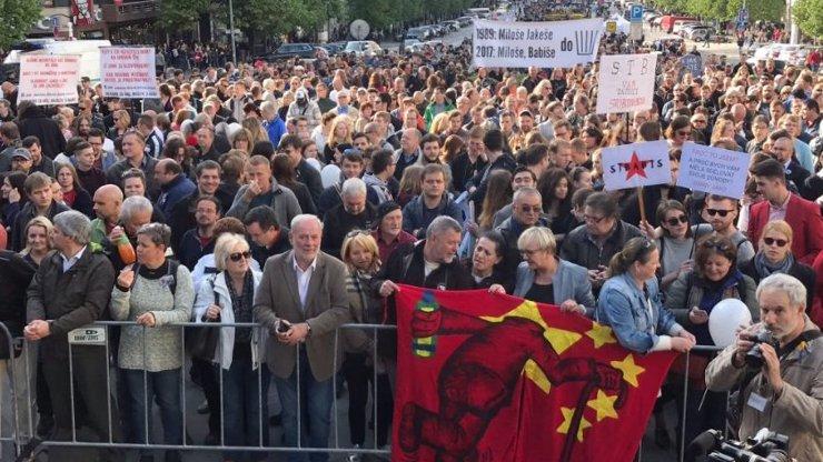 Po celé zemi začínají demonstrace proti Babišovi a Zemanovi: Tisíce lidí vyšly do ulic!