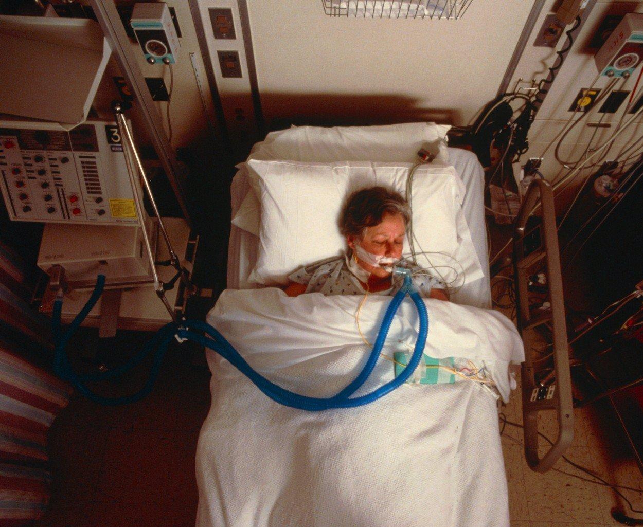 Zemřela zdravotní sestra z Thomayerovy nemocnice: Měla pozitivní nález, pak ji našli mrtvou