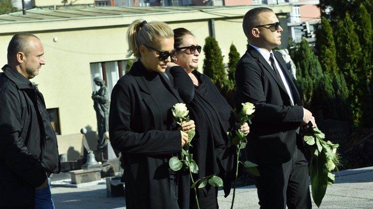 Pohřeb Petra Vlasáka (†45): Expřítelkyně Dara Rolins skrývá slzy za tmavými brýlemi