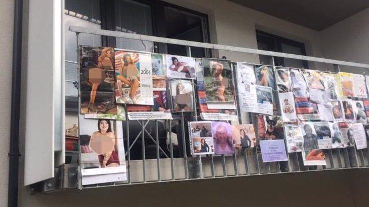 Nahotiny na balkoně! Vyvěšené plakáty řešila policie, český senior tím pobouřil veřejnost