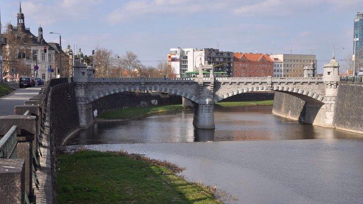 Tragická událost v centru Plzně: Muž se utopil v řece, incidentu přihlíželi svědci