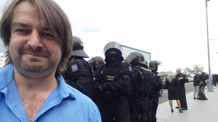 Na letišti zasahují těžkooděnci a Zdeněk Macura: Tento génius vyřeší střet mezi taxikáři a řidiči Uber!