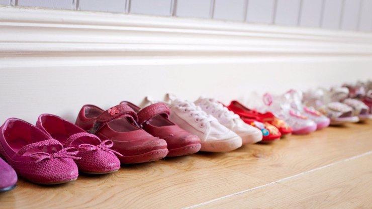 Otevírají se papírnictví a dětská obuv: Co když má syn velkou nohu? Má smůlu?