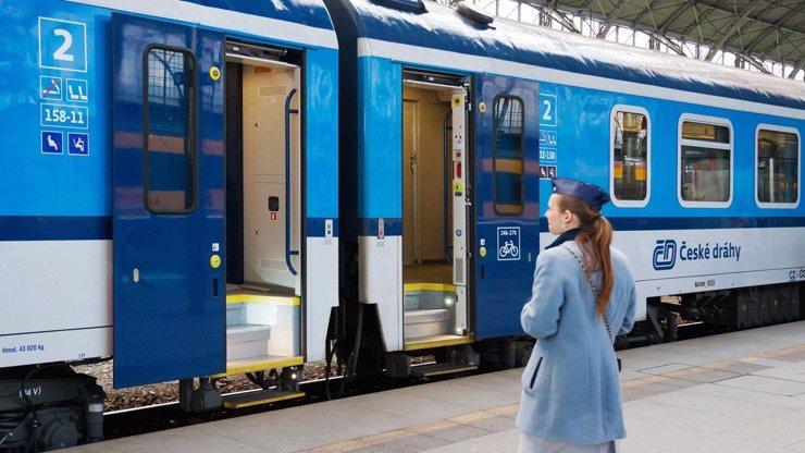 Vykolejený vlak na Českobudějovicku: Cestovalo v něm 29 lidí, vyvázli bez zranění