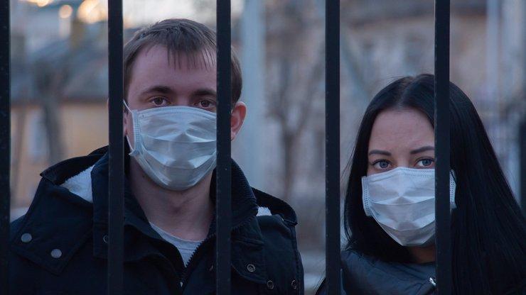 Vědci mají odpověď na to, proč koronavirus napadá častěji muže než ženy