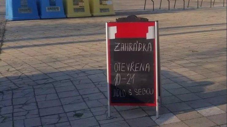 Ohrozili slušné lidi a ignorují boj s koronavirem: V Uherském Hradišti se popíjelo na zahrádce