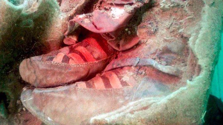 Nečekaný objev archeologů: 1500 let stará mumie v botách, které vypadají jako tenisky