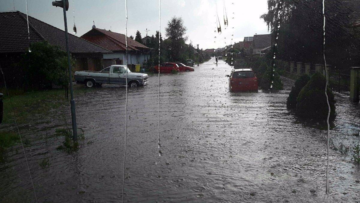 Supercelární bouře žene do Česka extrémní lijáky: Hrozí povodně, platí výstraha