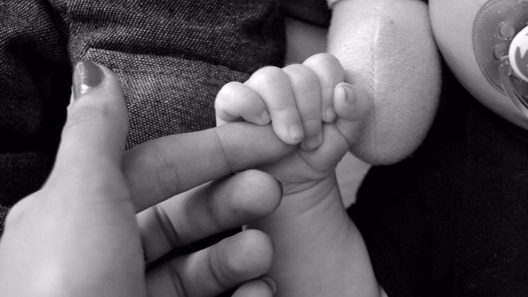 Porod v letadle: Žena prchající z Afghánistánu porodila během evakuačního letu