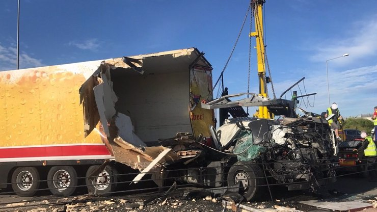 TOTÁLNĚ UCPANÁ PRAHA! Srážka tří nákladních aut zablokovala tunel Cholupice na PRAŽSKÉM OKRUHU, doprava kolabuje
