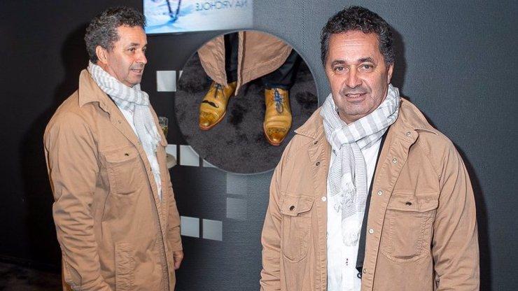 Kdo tohle Martinu Dejdarovi provedl? Pomačkaný kabát vypadal jako pytel na brambory