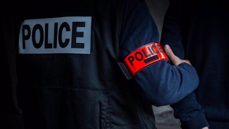 Policie v Paříži uzavřela obchodní centrum: Hledala osobu se samopalem