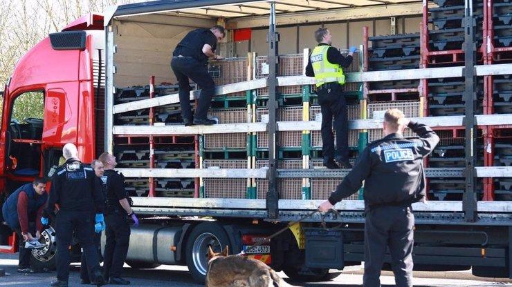 V Ústí nad Labem pochytali migranty z Afghánistánu: Schovávali se v kamionu se dřevem