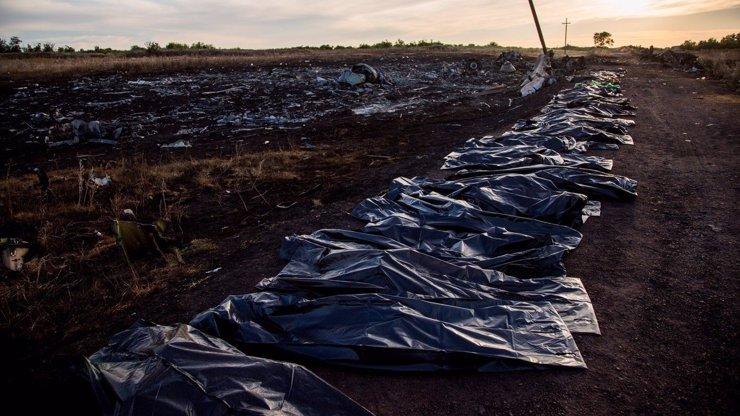 Záchranné práce letu č. MH17: Těla ležela tři dny v horku, nyní je odvážejí speciální vlaky