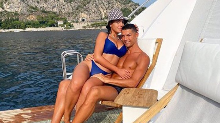 Jak si užívá fotbalový bůh: Ronaldo se pochlubil fotkami z luxusní dovolené na moři