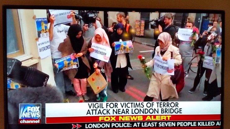 CNN čelí skandálu za aranžování muslimů do záběru krátce po londýnském útoku