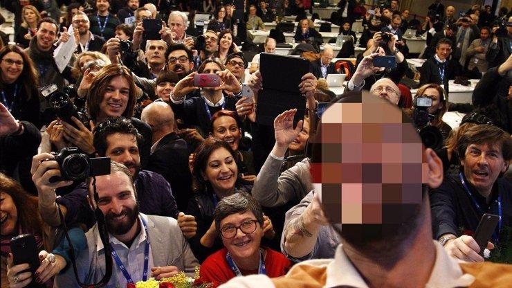 Kdo si to udělal největší selfie na světě? Slavný herec se vyfotil na tiskovce se všemi novináři