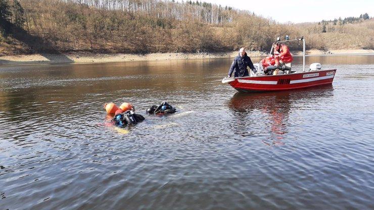 Horor na Orlíku: Potápěči hledali tělo sebevraha, naráželi na jednu mrtvolu za druhou