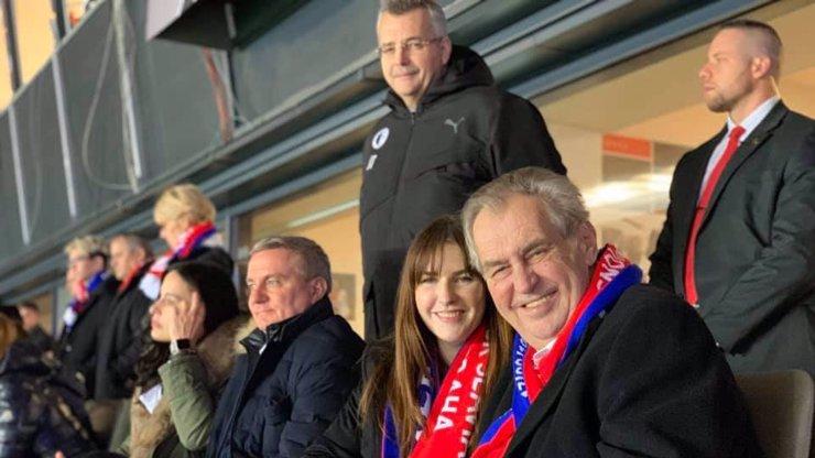 Tvrdík vzal Zemana a jeho dceru na fotbal: Nechyběla ani Alex Mynářová
