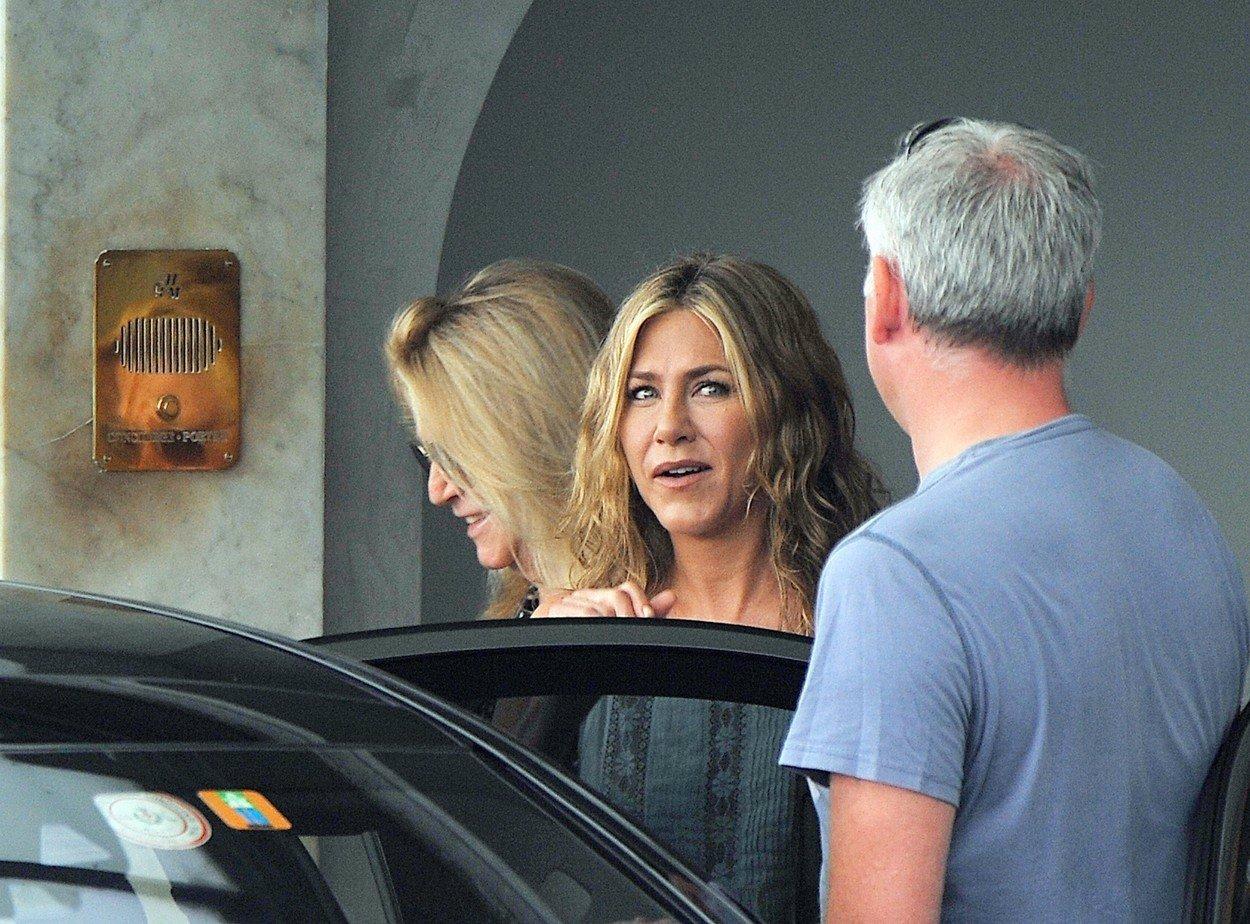 Brad Pitt měl čekat dítě s Aniston, prý se ale peleší s Charlize Theron! Co na to Jennifer?