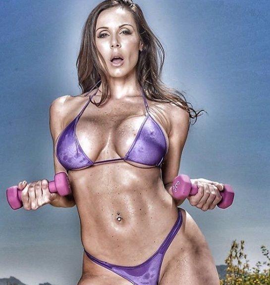 Sexy MILFka z porna rozhodně nepatří do starého železa! Některé fotky jsou až přehnané!