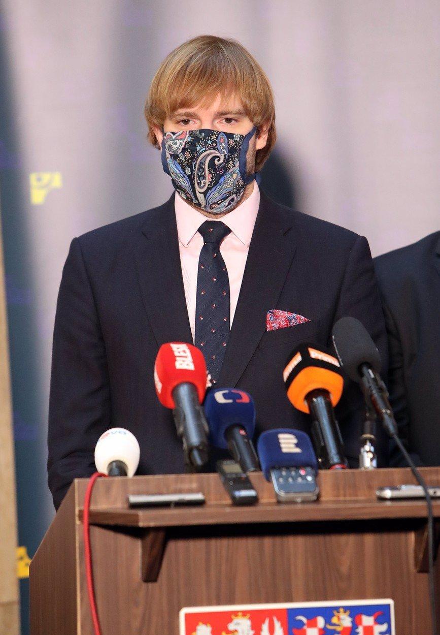 Ředitel chtěl finančák na Praze 10 zachránit před koronavirem, dostal zákaz zavřít. Teď zemřel