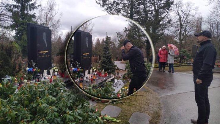 Modlitba za Karla Gotta: Slavný zpěvák navštívil hrob Mistra a pronesl tajemná slova