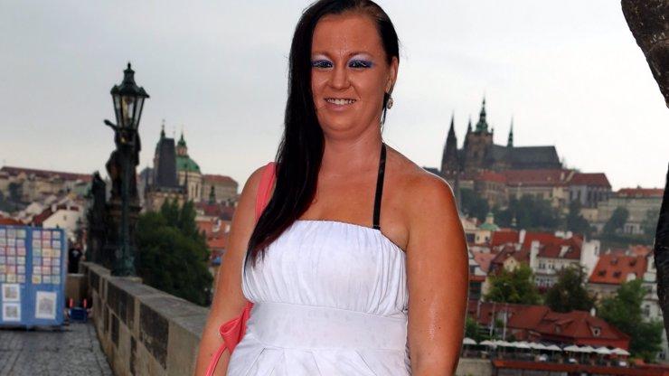 Trapas roku! Nadržená Polka si v Praze skoro nevrzla, chtěla sex se stovkami mužů a dorazil jeden!