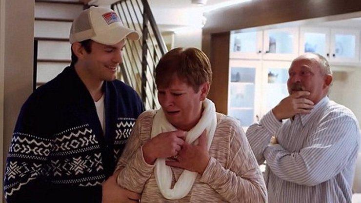 To je doják: Ashton Kutcher  nechal tajně zrekonstruovat mamince dům!
