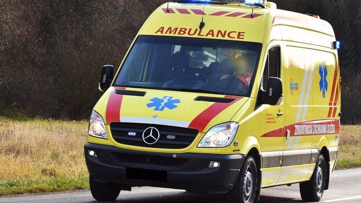 Tragická nehoda autobusu plného dětí u Mělníku: Srazil se s náklaďákem, jeden mrtvý