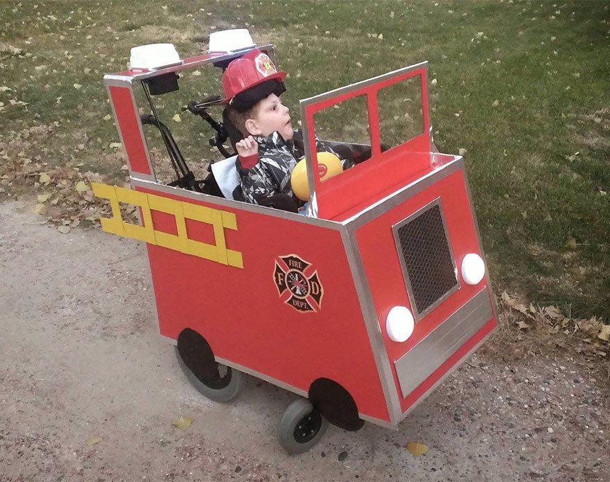 Nejlepší nevlastní otec pod sluncem: Postiženému chlapci předělává vozík na zábavné modely