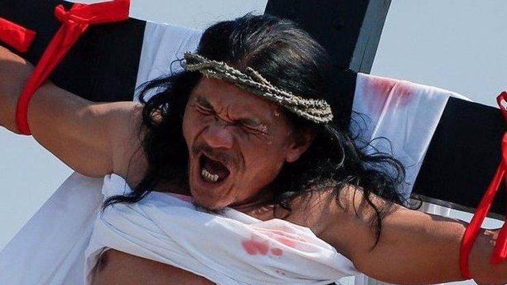 Krvavá tradice: Křesťané se na Velikonoce nechali ukřižovat! FOTO 18+