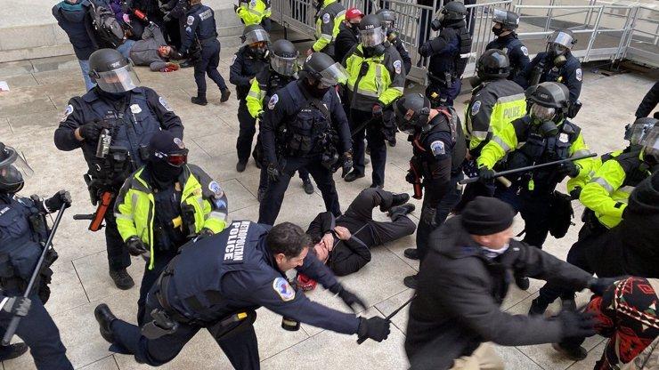 Děsivé záběry z bitvy o Kapitol: Takhle začalo násilné probíjení cesty do budovy