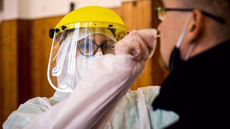 Nová mutace koronaviru je za hranicemi: Slovensko už potvrdilo první nakažené