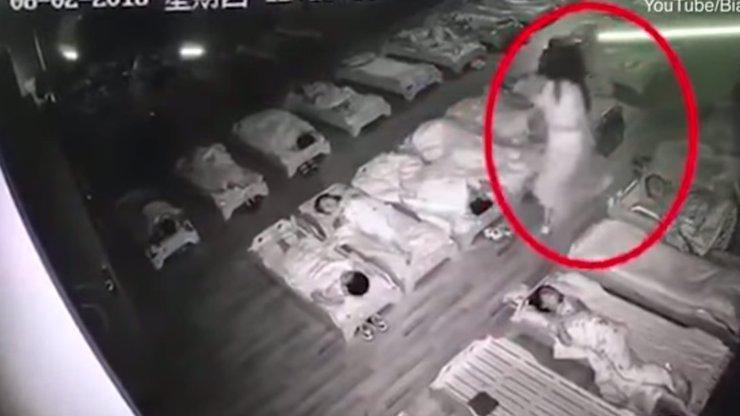 OTŘESNÉ VIDEO: Učitelka ve školce šlapala dětem na hlavy a mlátila je!