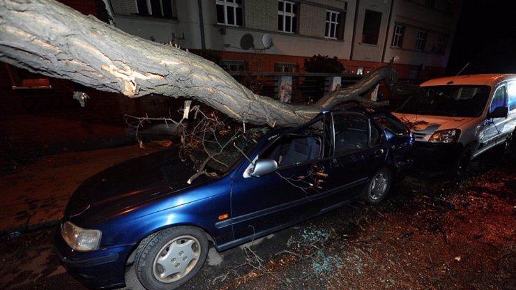 Bouře Sabine má už dvě oběti: Silný vítr pokračuje i dnes