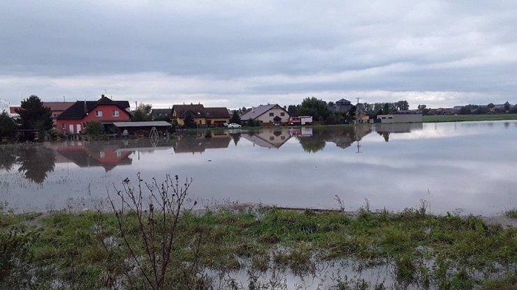 Meteorologové bijí na poplach kvůli povodním: Jen u Přerova voda zaplavila 70 domů