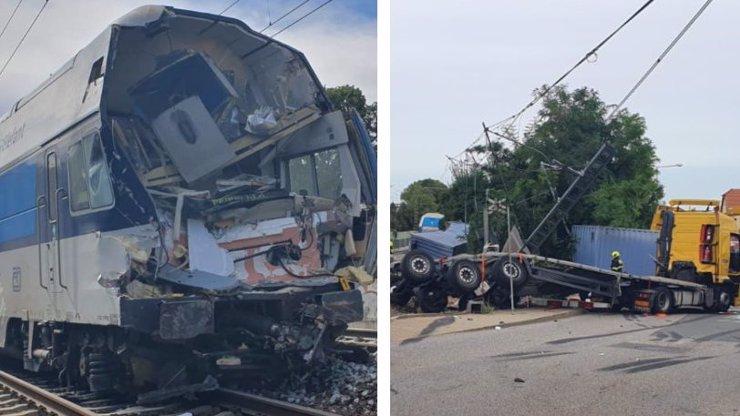 Děsivá srážka vlaku s kamionem: Nákladní auto stálo dvě minuty mezi závorami v Uhříněvsi, VIDEO